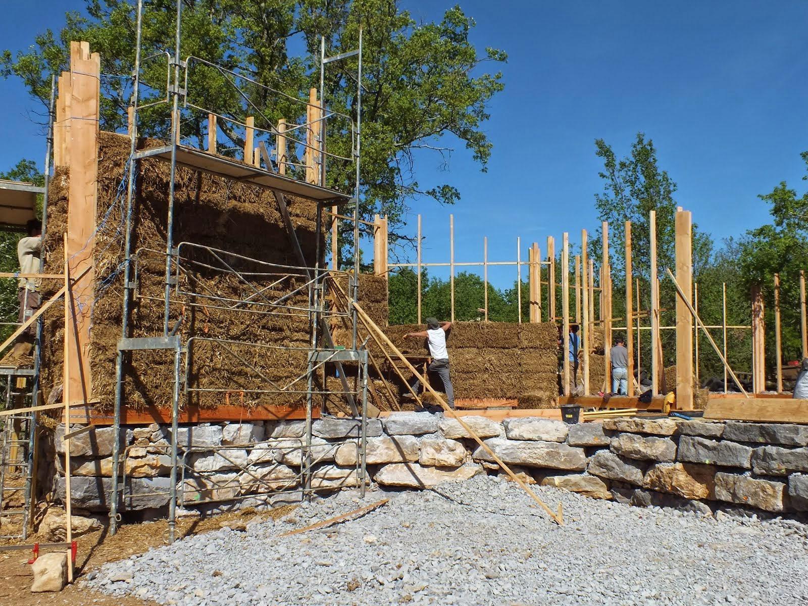 07 chantiers terre paille en ard che du sud lablach re maisoneco construction maison - Terre contre mur maison ...