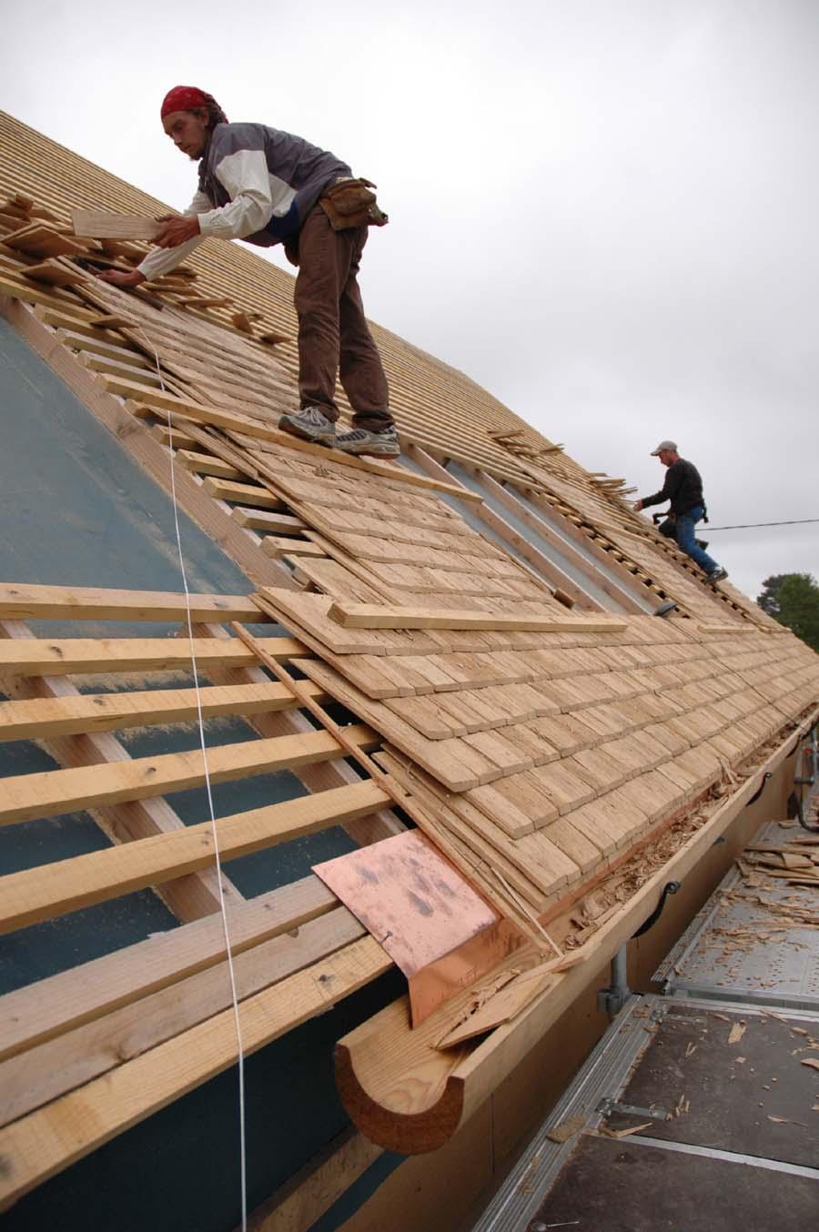 Comment Poser Des Ardoises pose d'une toiture en bardeaux de bois - maisoneco